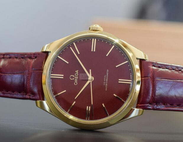 The red dial Omega De Ville looks very dazzling and eye-catching.